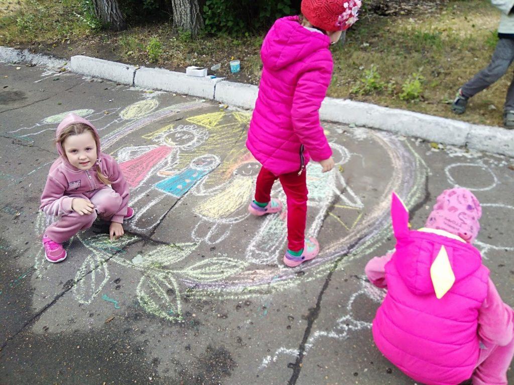 девочки рисуют мелками